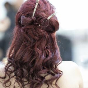 femme se faisant coiffer au salon de coiffure