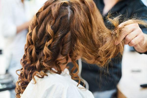 femme se faisant une permanente chez le coiffure