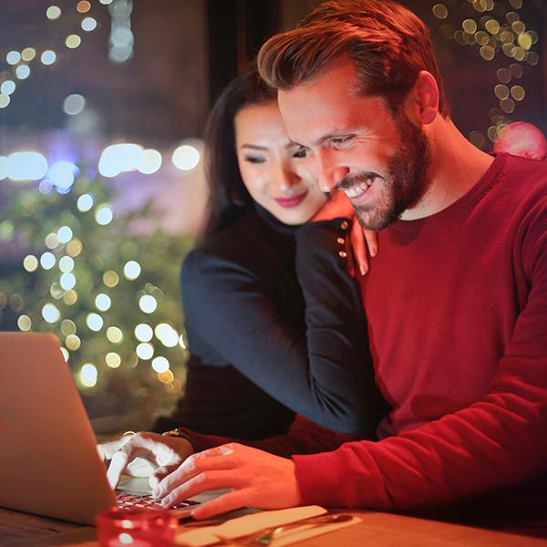 deux conjoints sur ordinateur