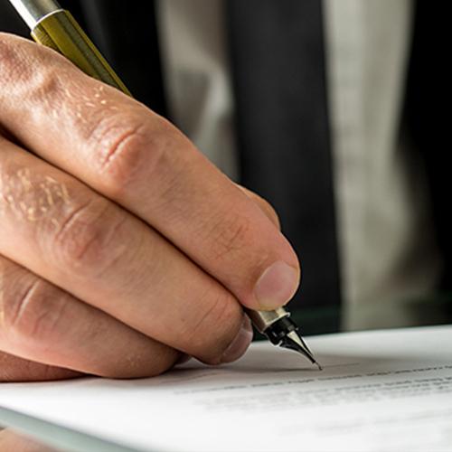main avec un stylo qui signe un contrat