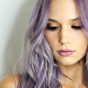 femme avec une couleur violette de cheveux