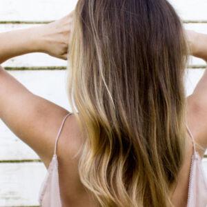 femme au cheveux longs et reflets blonds