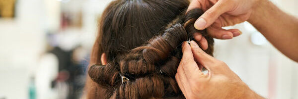 coiffeur coiffant une femme