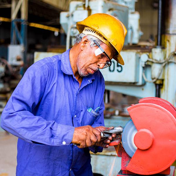 homme qui travaille avec un casque de chantier