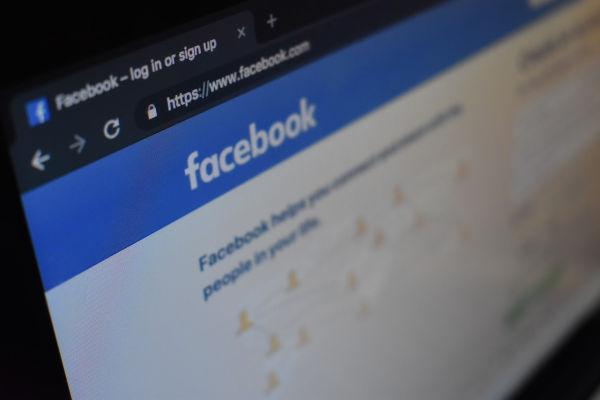 homepage de facebook sur un écran d'ordinateur