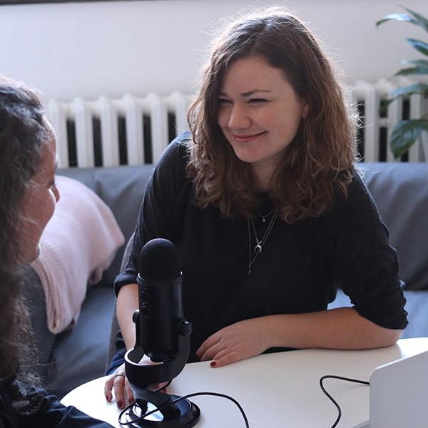 une journaliste en interview avec un micro