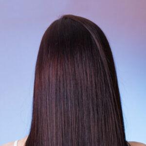 femme de dos avec des longs cheveux