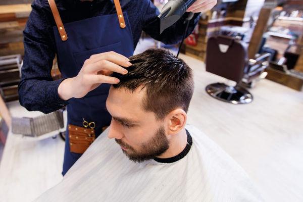 un homme qui se fait coiffer