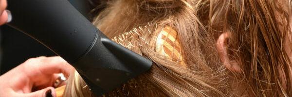 coiffeuse coiffant une femme