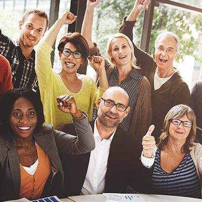 groupe d'employés souriants et euphoriques