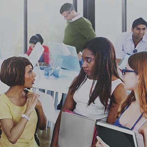 3 filles discutent dans un bureau