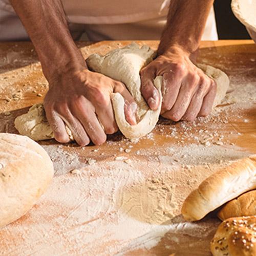 homme qui pétrit son pain