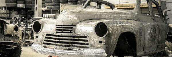 carrosserie d'une vieille voiture prête à être peinte
