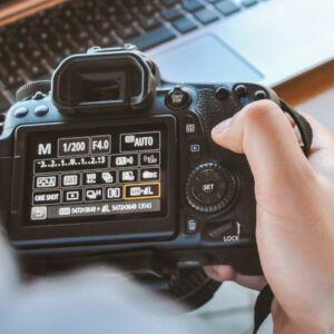 gros plan sur les réglages d'un appareil photo numérique