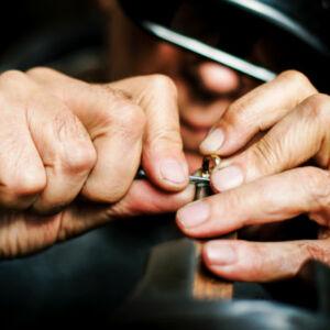 un bijoutier travaille une bague