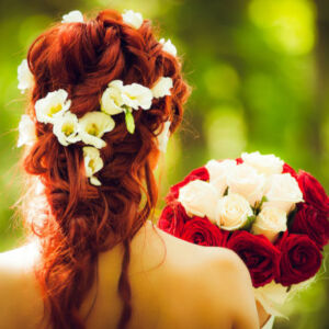 coiffure de mariée avec des fleurs intégrées