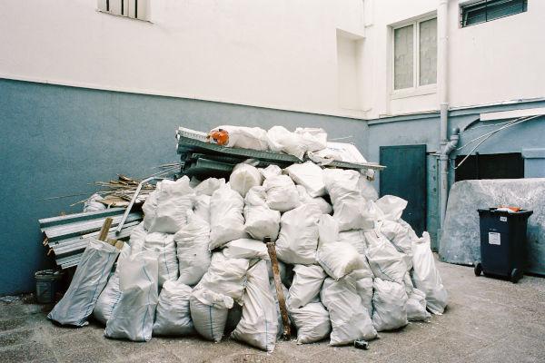 sacs remplis de déchets sur un chantier
