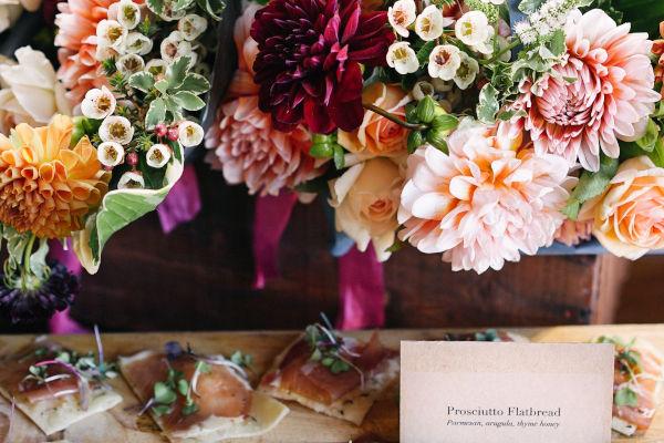 composition florale sur un buffet