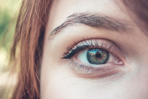 gros plan sur l'œil d'une femme