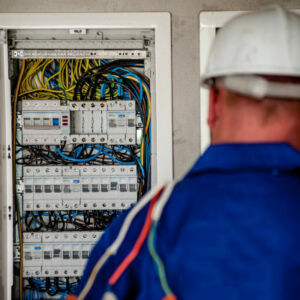 électricien intervenant sur un tableau électrique
