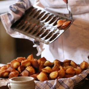 pâtissier qui démoule des madeleines du moule