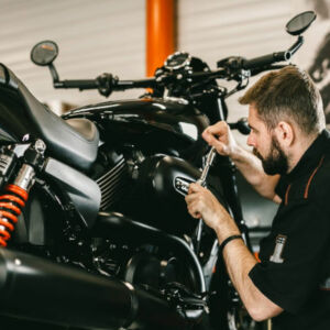 mécanicien qui répare une moto