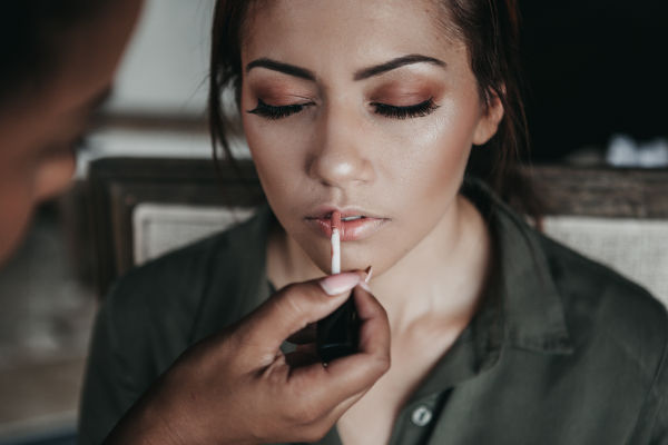 jeune femme qui se fait maquiller