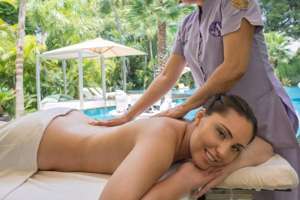 jeune femme qui se fait masser
