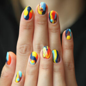 gros plan sur des ongles vernis et colorés