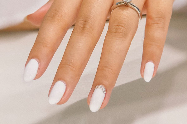 gros plan sur des ongles vernis