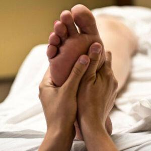 personne qui se fait masser les pieds