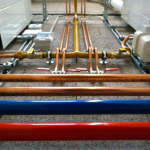 gros plan sur des tuyaux de plomberie