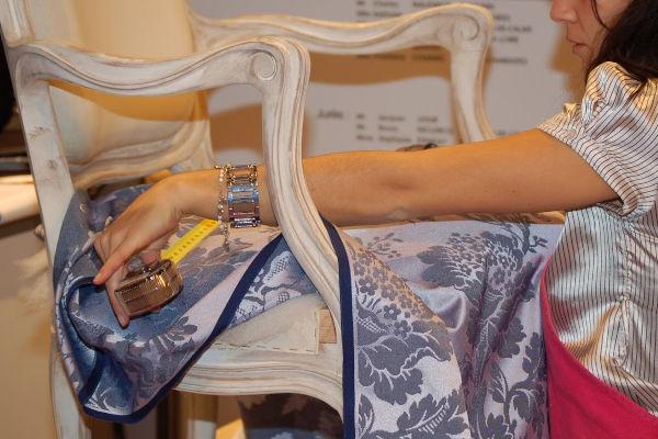 femme qui pose un tissu sur un fauteuil