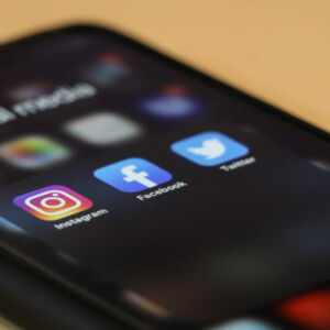 gros plan icones réseaux sociaux sur téléphone