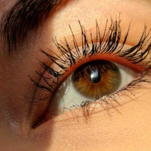 gros plan sur les yeux d'une femme qui a des extensions de cils