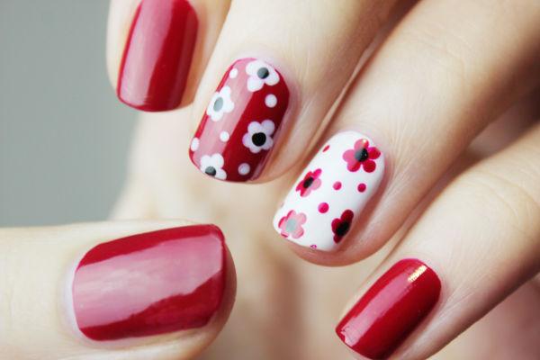 des ongles avec du vernis rouge