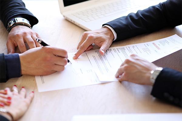 personne signant un contrat de travail