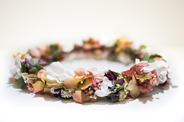 Coiffe florale et bijoux floraux pour l'occasion