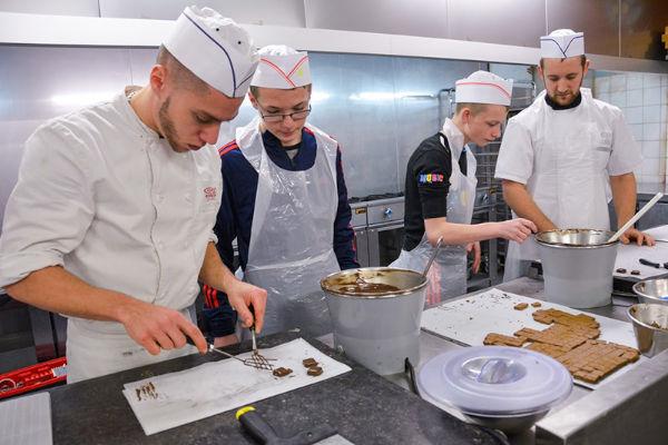apprentis chocolatier en cuisine