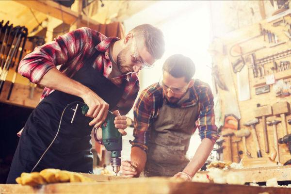 deux artisans qui travaillent le bois