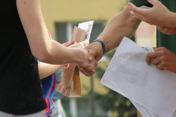 des personnes qui se sert la main