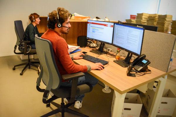 personnel au centre d'appel de la cma