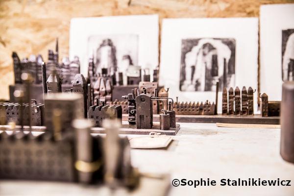 artisan réalise des sculptures de maisons en fer