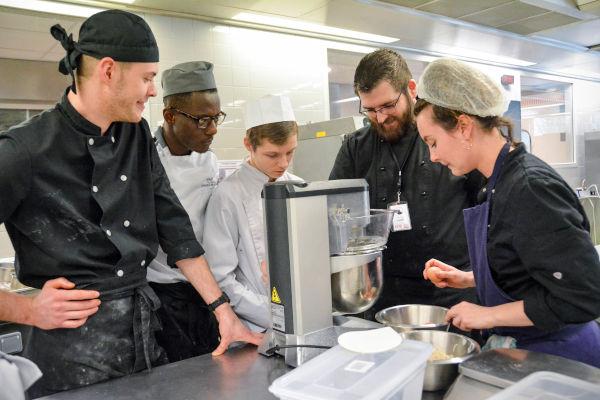 apprentis avec un chef cuisinier
